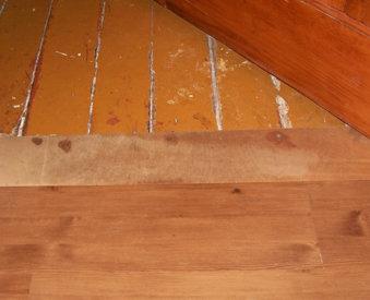 переход от старого деревянного пола к новому покрытию