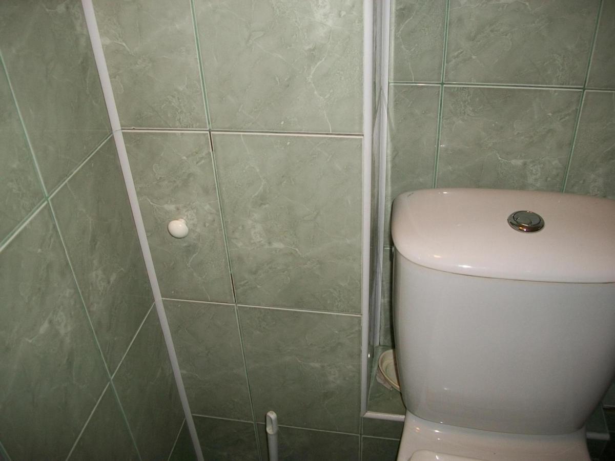Чем закрыть канализационную трубу в туалете своими руками 79