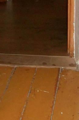 фанера на деревянном полу, вид из комнаты