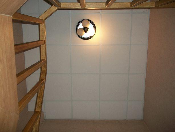 модульный подвесной потолок на лестницей в квартире в двух уровнях